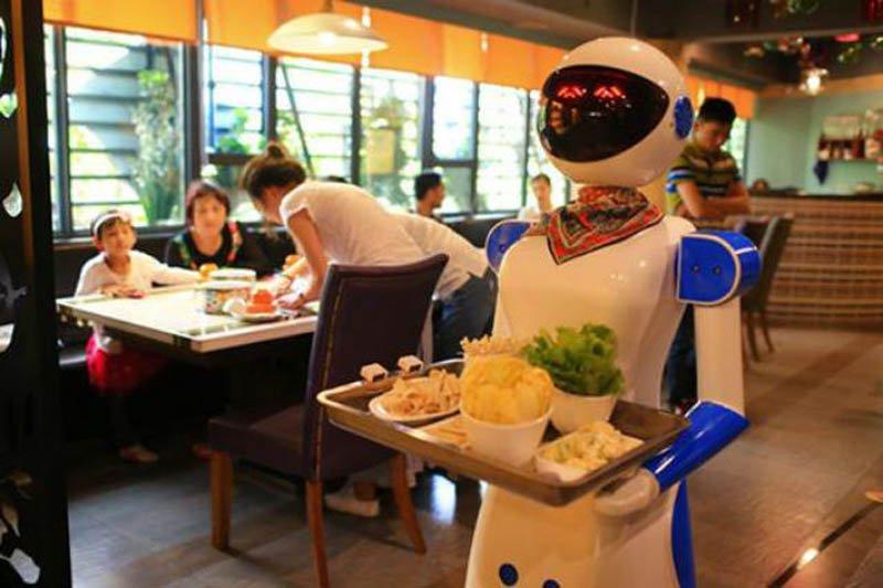 Роботы-официанты в китайских ресторанах