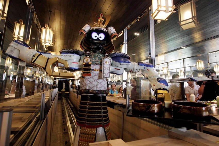 Роботы-официанты в китайских ресторанах. Китай.