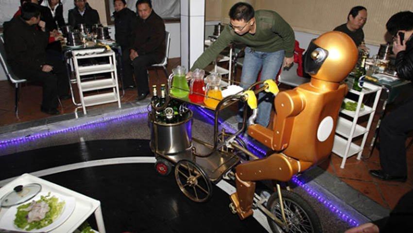 Роботы-официанты на велосипедах. Китай.