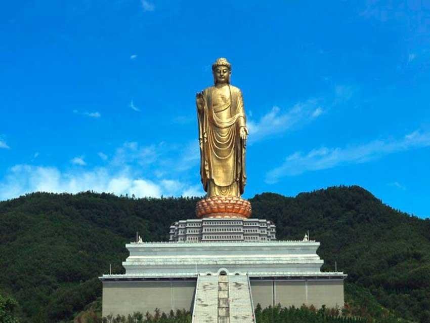 Будда весеннего храма, расположенный вблизи национального шоссе 311 на территории поселка Чжаоцунь