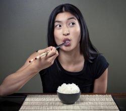 Почему китайцы едят палочками и как правильно ими есть