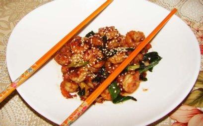 Теплый китайский салат из креветок в чесночном соусе
